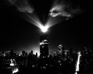 1956 Ένας νέος προβολέας φωτίζει τον ουρανό της Νέας Υόρκης από την κορυφή του Εμπάιαρ Στέιτ Μπίλντινγκ. Το φως φαίνεται από απόσταση 80 χιλιομέτρων.