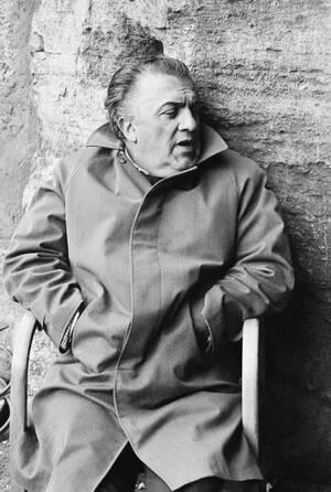 """1969 Ο Ιταλός σκηνοθέτης Φεντερίκο Φελίνι, στα ερείπια του Κολοσσαίου, όπου γίνονται τα γυρίσματα της νέας του ταινίας """"Σατυρικόν""""."""