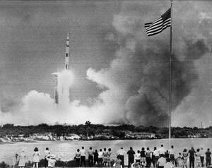 1970 Το Απόλλο 13 φεύγει για το ταξίδι του στο φεγγάρι, ένα ταξίδι που θα αποδειχθεί πιο περίπλοκο απ' ότι είχε αρχικά σχεδιαστεί...