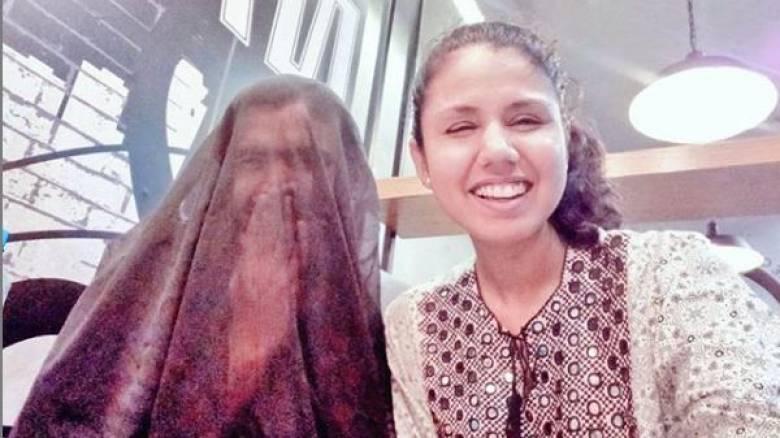 Πακιστάν: Φόρεσε μπούρκα στον άντρα της και προκάλεσε «θύελλα» αντιδράσεων