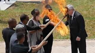 Ο Γιούνκερ παραλίγο να κάψει την Πρώτη Κυρία της Ρουάντα