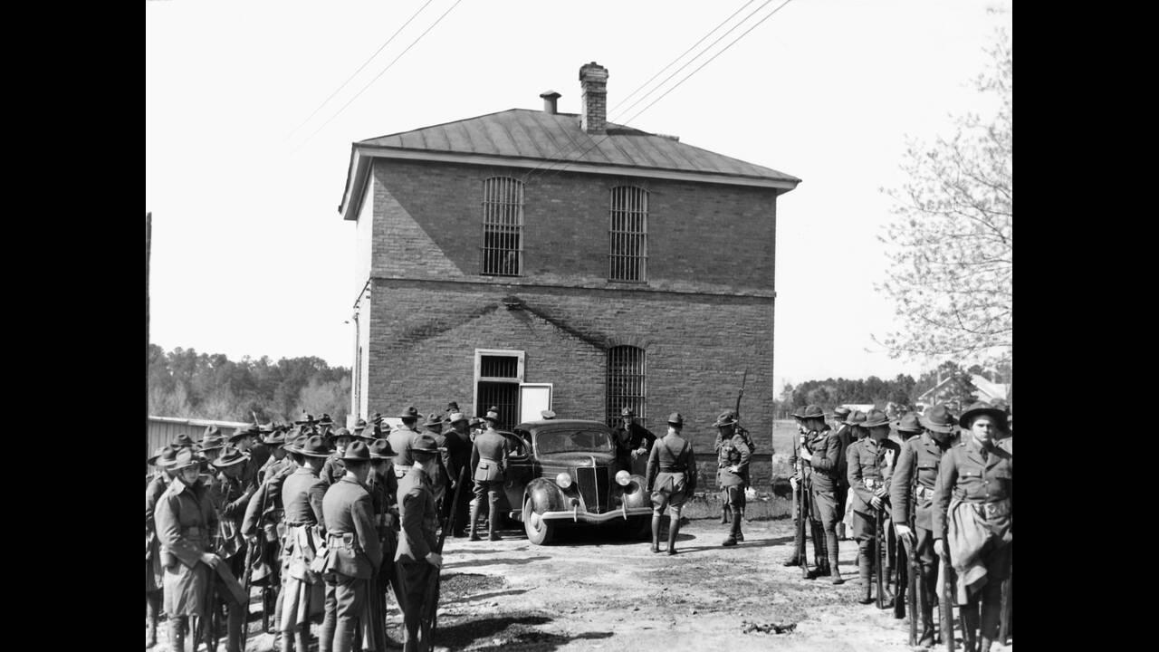 1936 Ένας μαύρος άντρας, ο αγρότης Λιντ Σο, συνελήφθη στην πολιτεία της Γεωργίας ως ύποπτος για επίθεση σε ένα λευκό κορίτσι. Το οργισμένο πλήθος εισέβαλε στη φυλακή και προσπάθησε να τον λυντσάρει. Η εθνοφυλακή τον έσωσε και τον μετέφερε σε άλλη πόλη γι