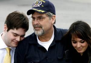 2009 Ο καπετάνιος Ρίτσαρντ Φίλιπς αγκαλιάζει τα παιδιά του, φτάνοντας στο Σάουθ Μπέρνινγκτον του Βερμόντ. Ο καπετάνιος έμεινε επί μέρες όμηρος Σομαλών πειρατών, στο πλοίο του, ανοιχτά των ακτών της Σομαλίας και λίγα χρόνια αργότερα έγινε ταινία, στην οπο