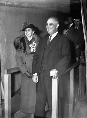 1936 Ο Πρόεδρος Φρανκλίνος Ρούσβελτ με τη σύζυγό του Έλενορ, παρακολουθούν την Πασχαλινή λειτουργία. Ο Ρούσβελτ πέθανε στις 12 Απριλίου του 1945.