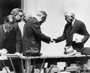 1937 Ο Λέων Τρότσκι χαιρετάει τον Αμερικανό φιλόσοφο Τζόν Ντίουι, στο σπίτι του πρώτου στο Μεξικό. Ο Ντίουι είναι μέρος της αντιπροσωπείας που έφτασε από τις ΗΠΑ για να μιλήσει με τον τρότσκι για την απόφασή του να ζήσει στο Μεξικό και τις κατηγορίες που