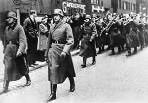 1940 Νορβηγοί παρακολουθούν την είσοδο των γερμανικών στρατευμάτων στο Όσλο.