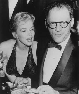 1957 Η ηθοποιός Μέρλιν Μονρόε και ο σύζυγός της, ο θεατρικός συγγραφέας Άρθουρ Μίλερ σε ένα χορό στο ξενοδοχείο Waldorf Astoria, στη Νέα Υόρκη.