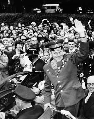 1961 Η Σοβιετική Ένωση κάνει το δικό της γιγαντιαίο βήμα για την ανθρωπότητα, αυτό που θα έκανε την ταπεινωμένη Αμερική να τρέξει προς το φεγγάρι. Την Τρίτη 12 Απριλίου 1961 ο πιλότος της πολεμικής αεροπορίας Γιούρι Γκαγκάριν έγινε ο πρώτος άνθρωπος που