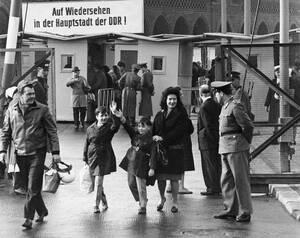 1965 Πολίτες του Δυτικού Βερολίνου επιστρέφουν στη δυτική πλευρά της πόλης, αφού επισκέφθηκαν συγγενείς τους που ζουν στο αποκομμένο πλέον ανατολικό τμήμα της πόλης.