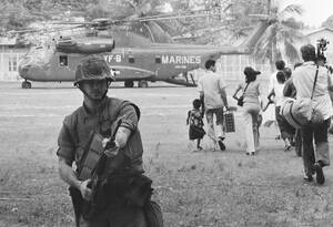 1975 Αμερικανοί πεζοναύτες προσφέρουν κάλυψη κατά τη διάρκεια της Επιχείρησης Eagle Pull. Πίσω τους Αμερικανοί και Καμποτζιανοί επιβιβάζονται σε ελικόπτερα στην Πνομ Πενχ, καθώς οι Αμερικανοί αποσσύρονται οριστικά από τη χώρα. Πέντε μέρες αργότερα, οι Κό