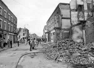 1981 Κατεστραμένα σπίτια στην οδό Ρέιλτον, στο Μπρίξτον του Λονδίνου. Έχουν προηγηθεί σφοδρά επεισόδια ανάμεσα σε εκατοντάδες μαύρους που συγκρούστηκαν με την αστυνομία. Στα επεισόδια τραυματίστηκαν 165 αστυνομικοί και περισσότεροι από 18 πολίτες, ενώ πε