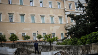 Συναγερμός στη Βουλή: Εικόνες από τις έρευνες της ΕΛΑΣ μετά από απειλητικό τηλεφώνημα