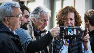 Οι πρώτες φωτογραφίες από τα γυρίσματα της νέας ταινίας του Κώστα Γαβρά στο κέντρο της Αθήνας