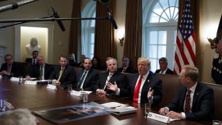 Τι περιουσία έχουν τα 20 μέλη της κυβέρνησης Τραμπ; Καλύτερα να καθίσετε...