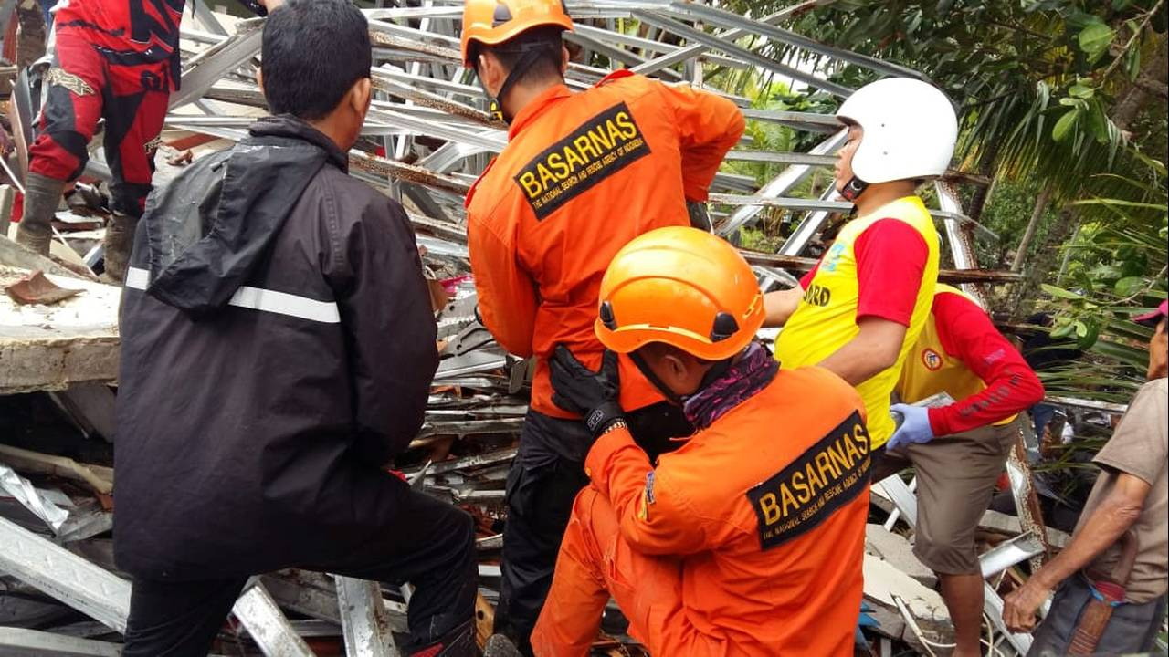 https://cdn.cnngreece.gr/media/news/2019/04/12/172712/photos/snapshot/2018-12-23T094444Z_977867331_RC1977EEB5D0_RTRMADP_3_INDONESIA-TSUNAMI.JPG