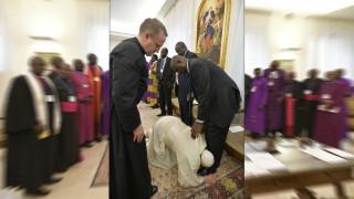 Ο Πάπας φίλησε τα πόδια πολιτικών για να τηρήσουν τη συμφωνία ειρήνης στο Νότιο Σουδάν