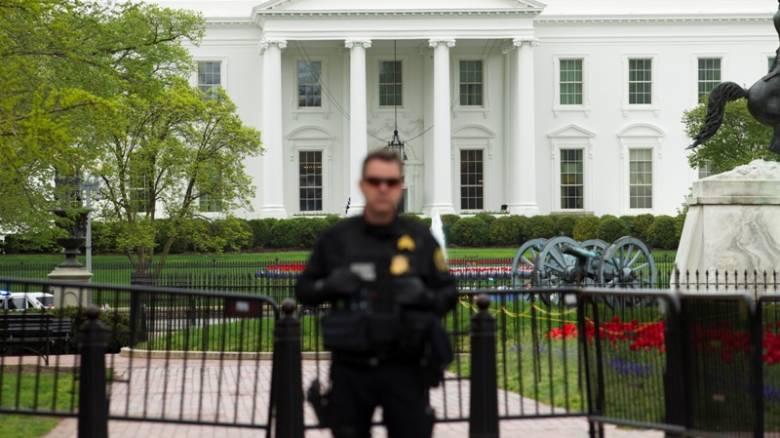 ΗΠΑ: Άνδρας αυτοπυρπολήθηκε μπροστά από τον Λευκό Οίκο και συνελήφθη
