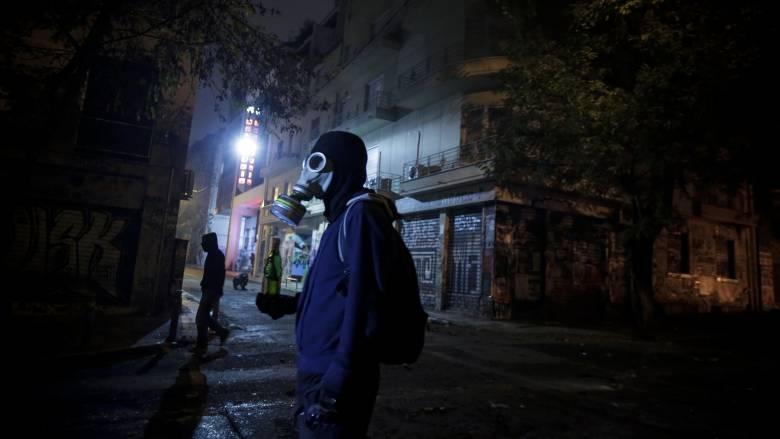 Πεδίο μάχης ξανά τα Εξάρχεια – Τραυματίστηκε ένας αστυνομικός