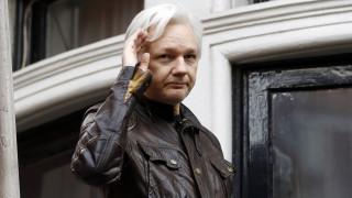 Τζούλιαν Ασάνζ: Η νομαδική ζωή, τα βραβεία δημοσιογραφίας και η σύλληψη του «Mr. Wikileaks»