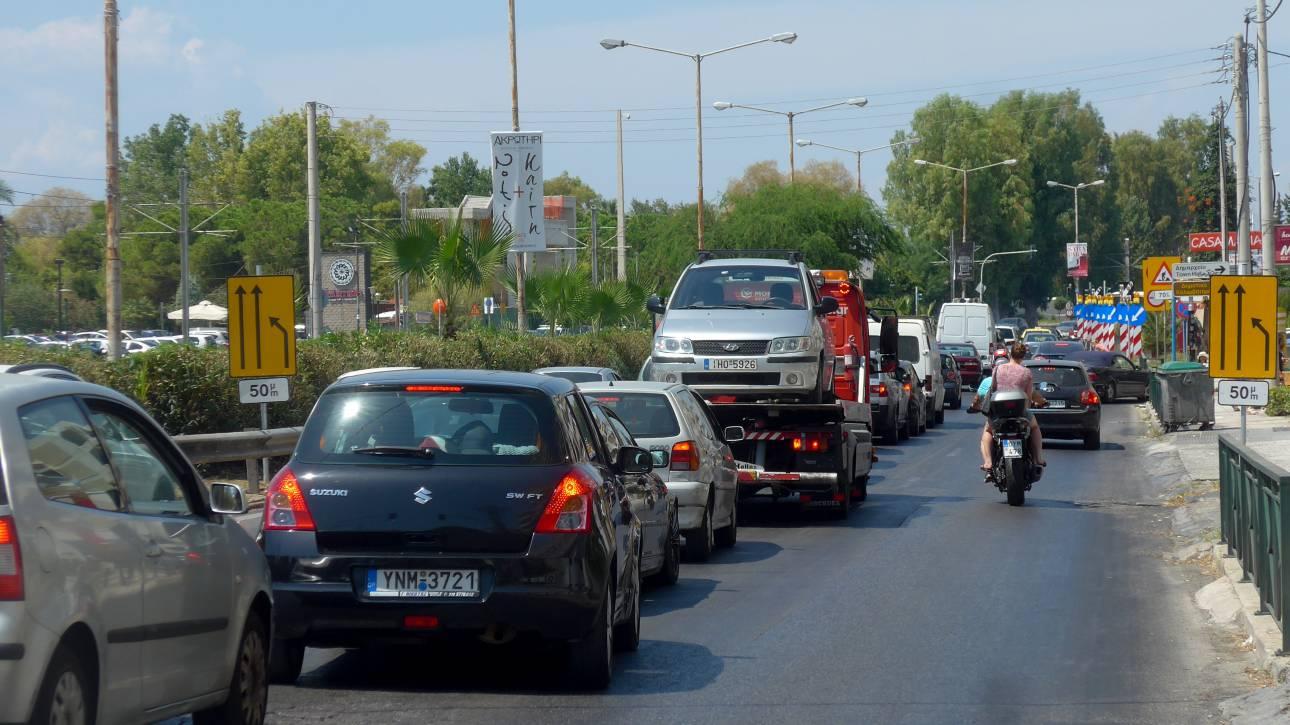 Τροχαίο στη λεωφόρο Ποσειδώνος: Φορτηγό συγκρούστηκε με τρία ΙΧ