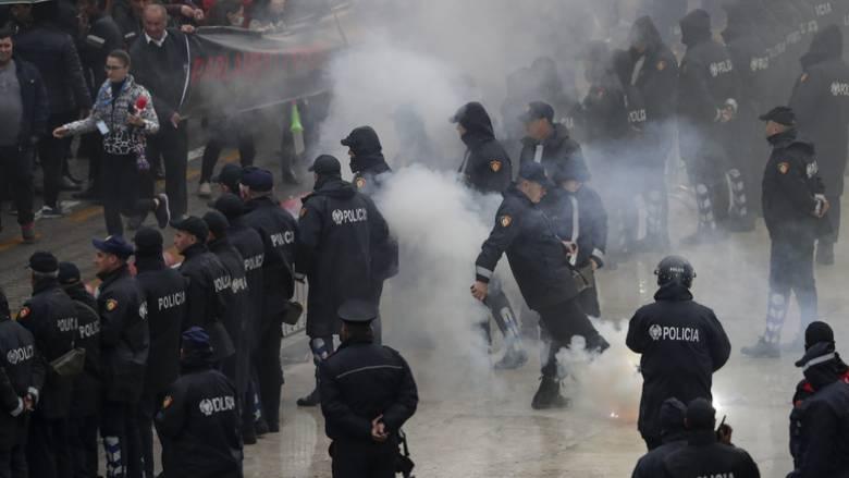 Επεισόδια στα Τίρανα: Διαδηλωτές επιχείρησαν να εισβάλλουν στο κτήριο της κυβέρνησης