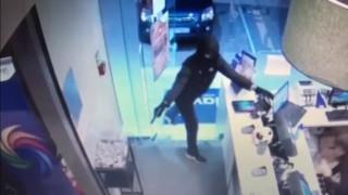 Αποκαλυπτικά βίντεο: Η δράση του ληστή που είχε «ρημάξει» Καλλιθέα και Μοσχάτο