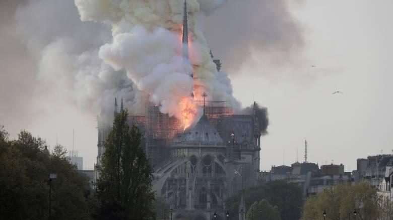Συναγερμός στο Παρίσι: Στις φλόγες η Παναγία των Παρισίων - Εκκενώνεται περιοχή