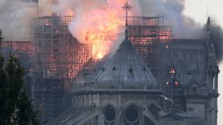 Παναγία των Παρισίων: Συγκλονιστικές εικόνες από την τεράστια πυρκαγιά