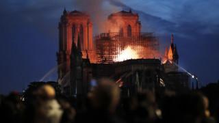 Παναγία των Παρισίων: Φλέγεται το επιβλητικό σύμβολο του ευρωπαϊκού πολιτισμού - Κατέρρευσε η στέγη