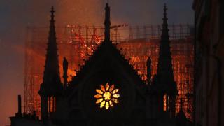 Παναγία των Παρισίων: Καθηλώνει τον πλανήτη η μάχη με τις φλόγες - Σώθηκε από ολική καταστροφή