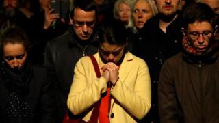 Παναγία των Παρισίων: «Ω, Θεέ μου»! Δάκρυα, λυγμοί και ψαλμοί έξω από τον καθεδρικό ναό
