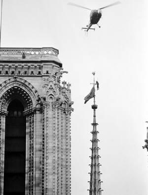 1969, ένας πυροσβέστης σπεύδει να κατεβάσει τη σημαία των Βιετ Κόνγκ, που ανέβασαν κάποιοι στον Κεθεδρικό Ναό.