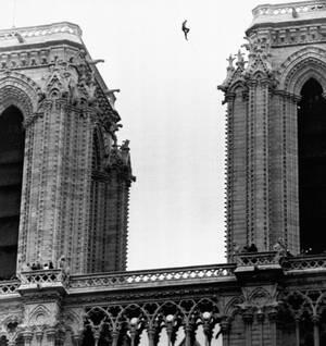 1971, ο Γάλλος ακροβάτης Φιλίπ Πετίτ περπατάει σε ένα τεντωμένο σχοινό ανάμεσα στους δύο πύργους του Ναού.