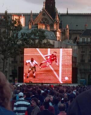 1998, το παγκόσμιο κύπελλο μεταδίδεται ζωντανά σε γιγαντοθόνες έξω από το ναό.