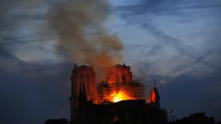 Παναγία των Παρισίων: Πυροσβέστης τραυματίστηκε σοβαρά - Ελπίδες για τη διάσωση του ναού