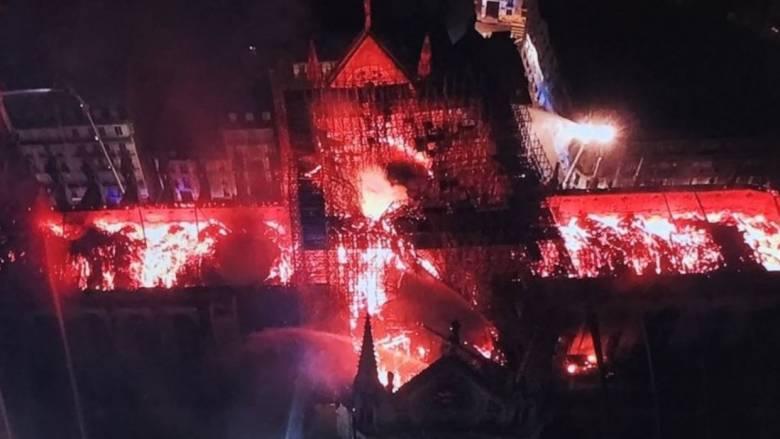 Παναγία των Παρισίων: Κόβουν την ανάσα εικόνες της φλεγόμενης Νοτρ Νταμ από drone