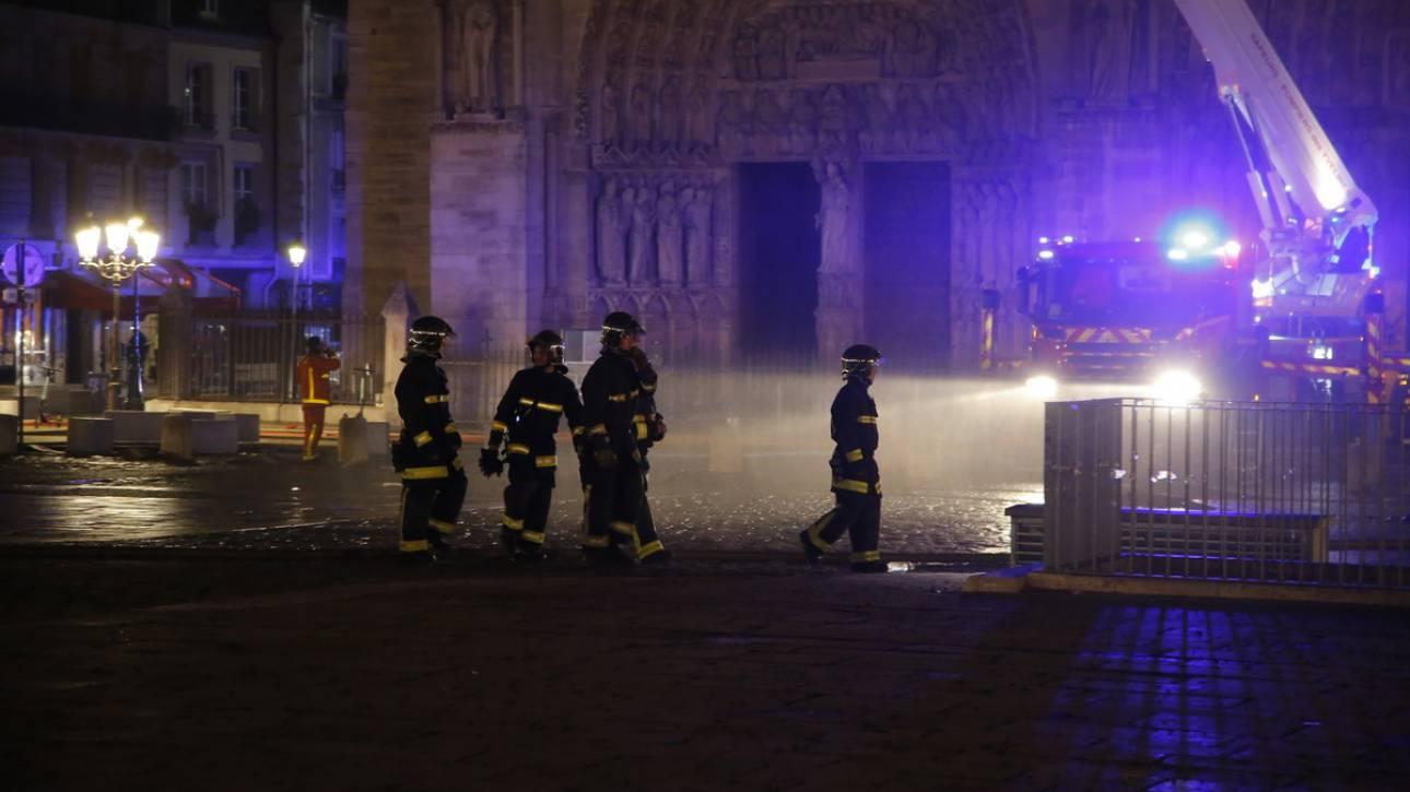 Γαλλία: Υπό έλεγχο η φωτιά στην Παναγία των Παρισίων