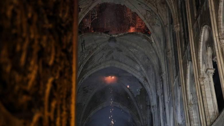 Παναγία των Παρισίων: Ανθρώπινη αλυσίδα για να σωθούν κειμήλια ανεκτίμητης αξίας