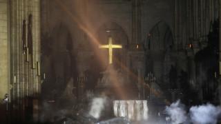 Παναγία των Παρισίων: Οι πρώτες εικόνες από το εσωτερικό του καθεδρικού ναού μετά τη φωτιά