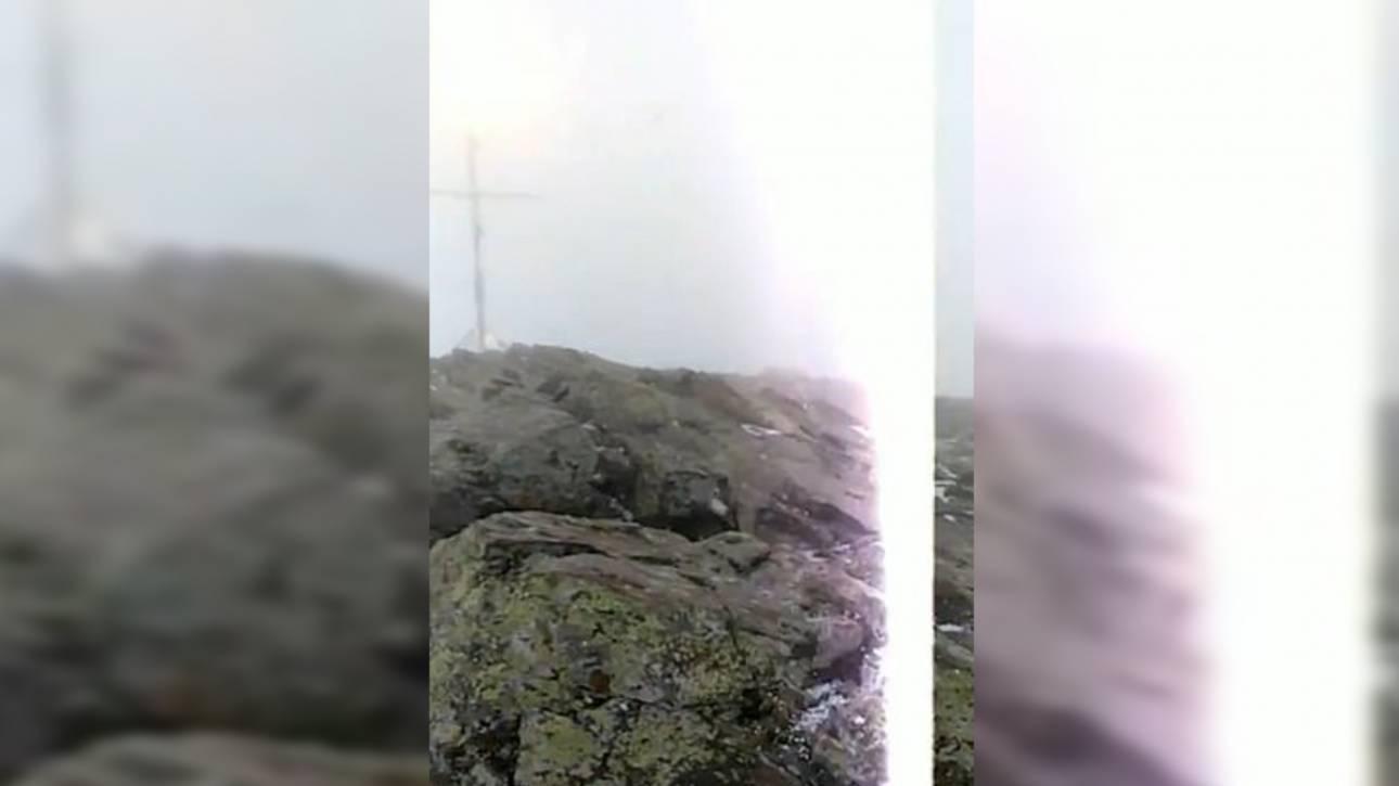 Ισπανία: Συγκλονιστικό βίντεο από τη στιγμή που κεραυνός «χτύπησε» ζευγάρι στην κορυφή βουνού