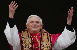 2005, Βατικανό.  Ο νεοεκλεγής Πάπας, ο Γερμανός Γιόζεφ Ράτζινγκερ, χαιρετάει το πλήθος από το κεντρικό μπαλκόνι της βασιλικής του Αγίου Πέτρου.