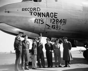 1949, Βερολίνο.  Το τελευταίο αεροπλάνο της αερογέφυρας προς το αποκλεισμένο Βερολίνο, με το πλήρωμά του.