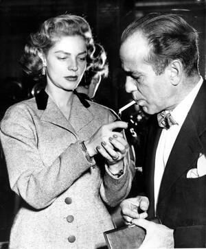 1951, Λονδίνο.  Η ηθοποιός Λορίν Μπακόλ και ο σύζυγός της, Χάμφρεϊ Μπ΄γκαρτ, σε δεξίωση, στο ξενοδοχείο Κλάριτζες.