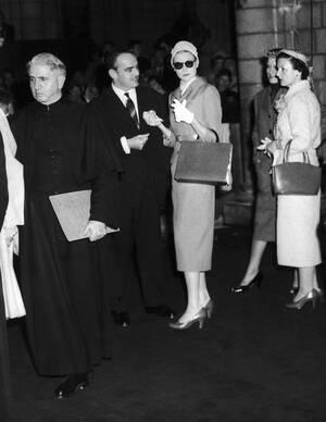 1956, Μονακό.  Η Γκρέις Κέλι και ο πρίγκιπας Ρενιέ ο 3ος, στον Καθεδρικό Ναό του  Μονακό, κάνουν τις τελευταίες πρόβες του γάμου τους.