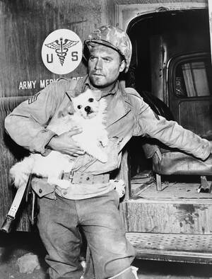 """1963 Ο Βικ Μόροου, ο οποίος ερμήνευσε επί χρόνια το """"λοχία Σόντερς"""" στην τηλεοπτική σειρά 'Η Μάχη"""", κατά τη διάρκεια των γυρισμάτων."""