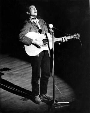 1963 Ο νέος τραγουδιστής της φολκ, Μπομπ Ντίλαν, απαθανατίζεται επί εκηνής σε άγνωστη τοποθεσία.