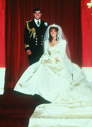 1996, Λονδίνο Ο Δούκας και η Δούκισσα της Υόρκης ανακοίνωσαν ότι σκοπεύουν να πάρουν διαζύγιο. Ο πρίγκιπας Άντριου και η Σάρα Φέργκιουσον παντρεύτηκαν το 1986 και απέκτησαν δύο κόρες.
