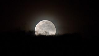 NASA: Η Σελήνη βομβαρδίζεται από μετεωρίτες και χάνει 200 τόνους νερού κάθε χρόνο