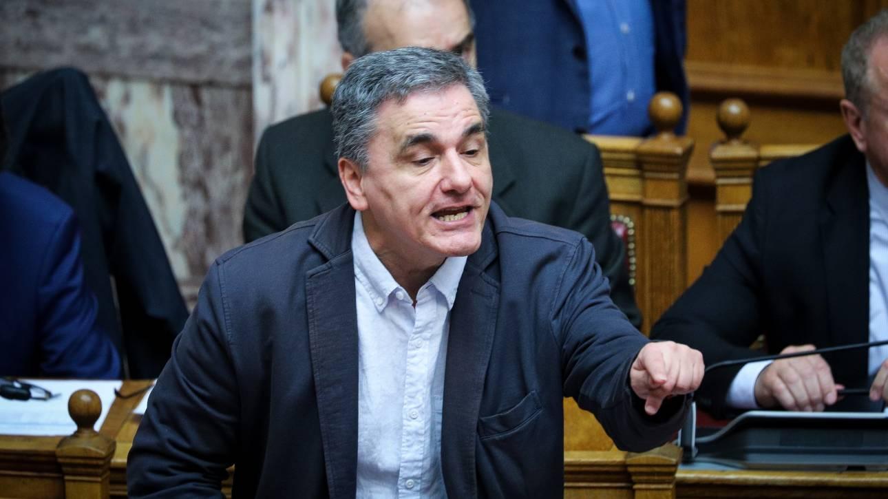 Χαμός μεταξύ Τσακαλώτου και Δένδια στη Βουλή