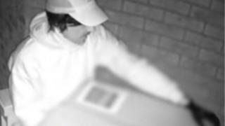 Βίντεο: Εκτελεστής… κούριερ «ρίχνει» στο θύμα του με τόξο κρυμμένο σε κούτα!